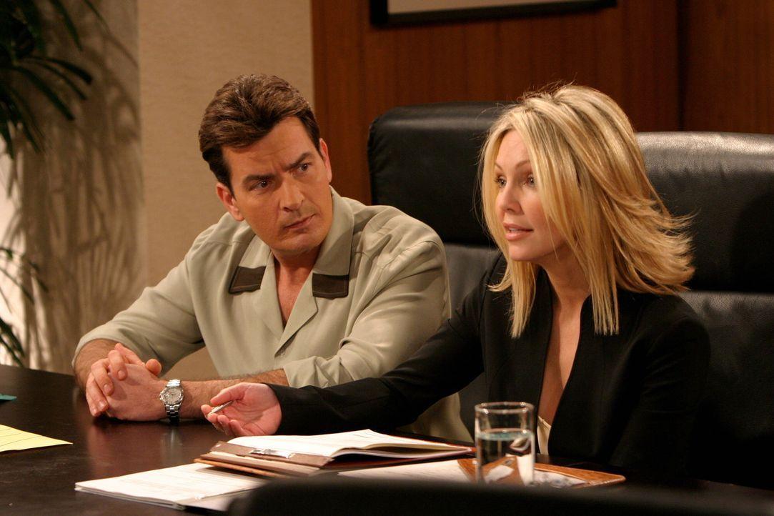 Charlie Harper (Charlie Sheen, l.) muss erkennen, dass die Anwältin Laura Lane (Heather Locklear, r.) wirklich Haare auf den Zähnen hat. - Bildquelle: Warner Brothers Entertainment Inc.