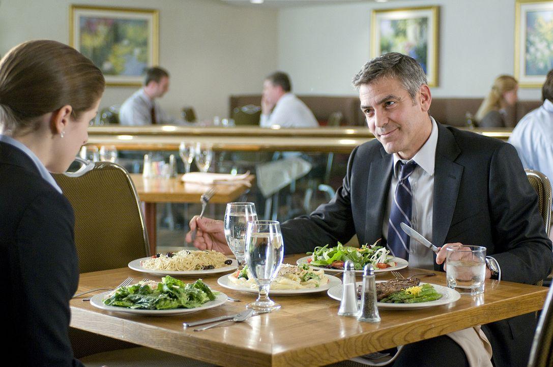 322 Tage im Jahr ist der passionierte Vielflieger Ryan Bingham (George Clooney, r.) auf Reisen. Er soll Mitarbeiter verschiedener Firmen möglichst s... - Bildquelle: TM and   2009 by DW Studios LLC. All rights reserved.
