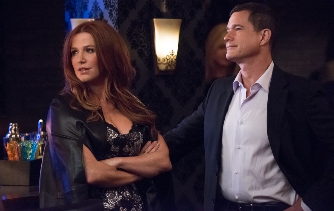 Für ihre Ermittlungen in einem illegalen Nachtclub eines albanischen Gangsters schmeißen sich Carrie (Poppy Montgomery, r.) und Al (Dylan Walsh, l.)... - Bildquelle: Jeff Neumann 2015, 2016 Sony Pictures Television Inc. All Rights Reserved. / Jeff Neumann