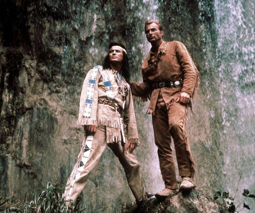 Winnetou (Pierre Brice, l.) und sein Freund Old Shatterhand (Lex Barker, r.) wissen zu verhindern, dass der legendäre Schatz im Silbersee in falsch... - Bildquelle: Columbia Pictures