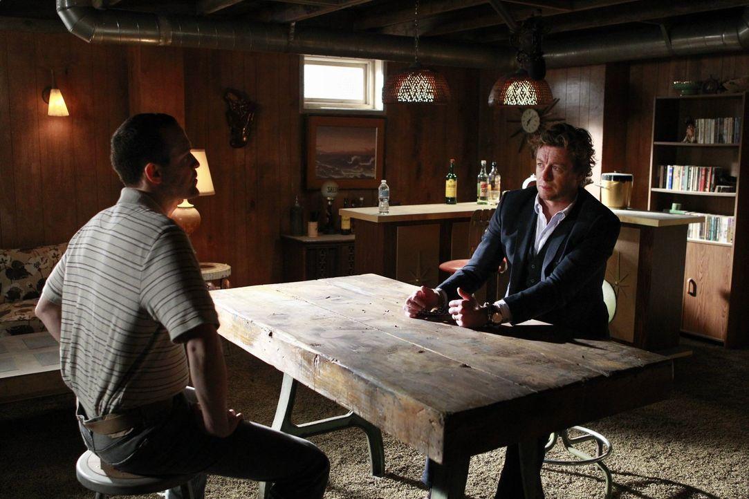 Bei den Ermittlungen in einem neuen Fall, gerät Jane (Simon Baker, r.) in die Fänge des Serienkillers Lazarus (Aubrey Deeker, l.). Doch wird es ihm... - Bildquelle: Warner Bros. Television