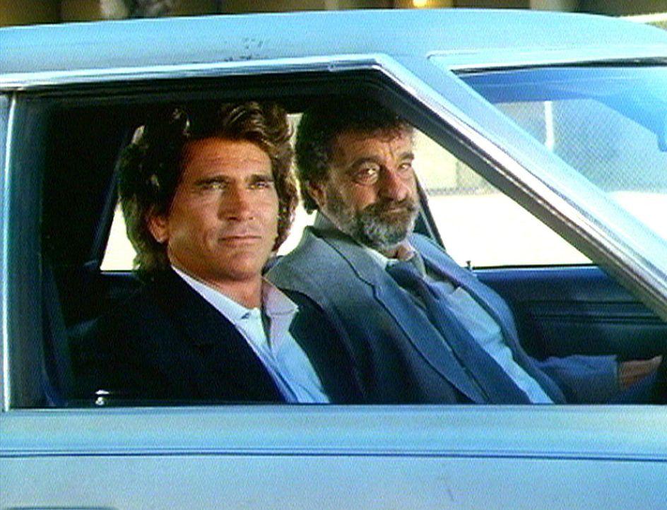 Zufrieden beobachten Engel Jonathan (Michael Landon, l.) und Mark (Victor French, r.) die Verwandlung des egoistischen Clancy. - Bildquelle: Worldvision Enterprises, Inc.
