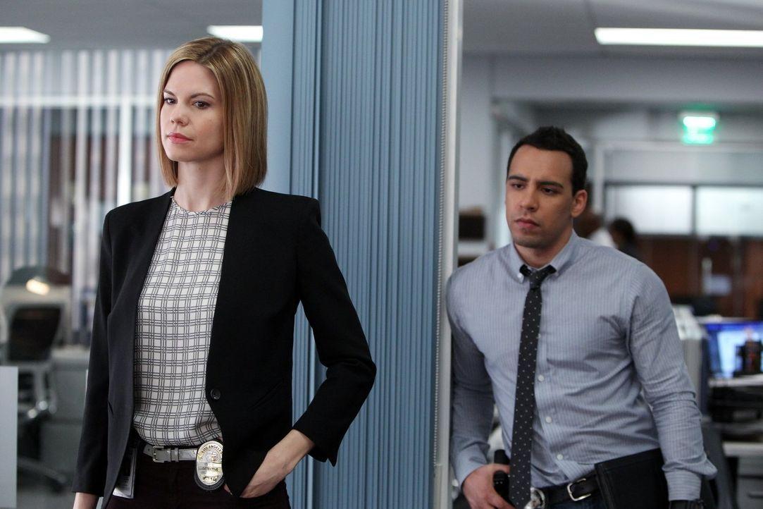Bekommen es bei den Ermittlungen in einem neuen Fall mit Skin Heads zu tun: Ben (Victor Rasuk, r.) und Janice (Mariana Klaveno, l.) ... - Bildquelle: Warner Bros. Entertainment, Inc.