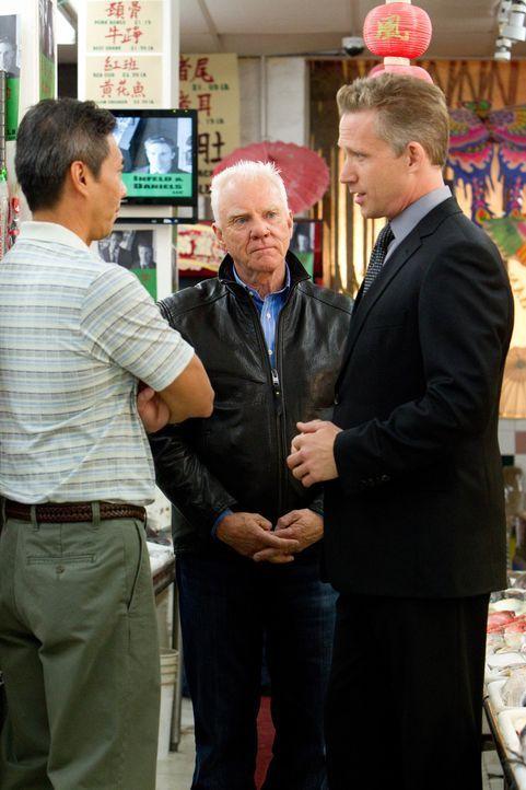 Bei einem Besuch in Chinatown bei Mr. Han (Francois Chau, l.) stellt Stanton Infeld (Malcolm McDowell, M.) seine Chinesischkenntnisse unter Beweis.... - Bildquelle: 2011 Sony Pictures Television Inc. All Rights Reserved.