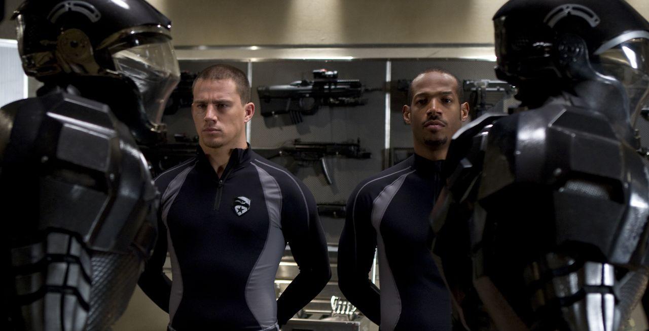 Geraten in die Hände der G.I. Joes: die beiden Elitesoldaten Duke (Channing Tatum, l.) und Ripcord (Marlon Wayans, r.) ... - Bildquelle: 2009 Paramount Pictures Corporation. All Rights Reserved.