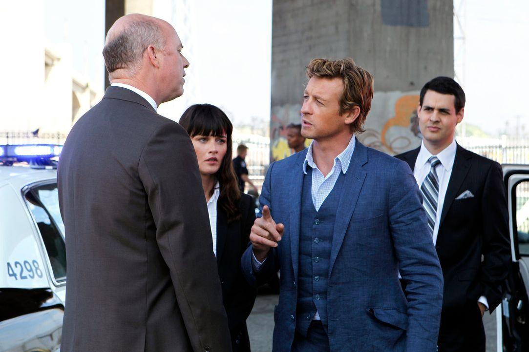 Teresa Lisbon (Robin Tunney, 2.v.l.) und Patrick Jane (Simon Baker, 2.v.r.) untersuchen einen Tatort, bei dem Peter Russo, der Chauffeur des Spitzen... - Bildquelle: Warner Bros. Television