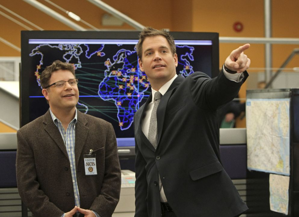 Versuchen, einen Fall aufzudecken: Tyler Elliott (Sean Astin, l.) und Tony (Michael Weatherly, r.) ... - Bildquelle: 2012 CBS Broadcasting Inc. All Rights Reserved.