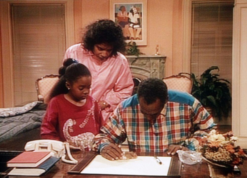 Clair (Phylicia Rashad, M.) assistiert ihrem Mann Dr. Huxtable (Bill Cosby, r.), der ausnahmsweise auch mal einen Hamster untersucht. Denn der Hamst... - Bildquelle: Viacom