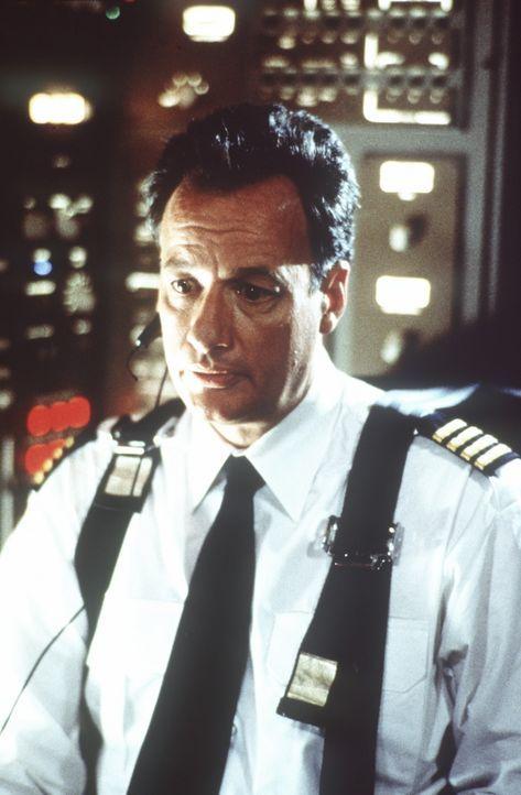 Capt. George Bouchard (John de Lancie) mißtraut dem fliegerischen Können des verantwortlichen Piloten, Capt. Singer, und neidet ihm dessen schöne...