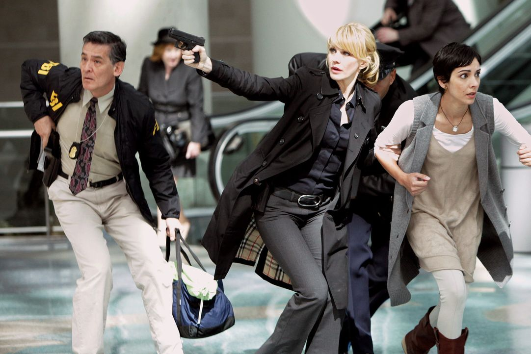 In letzter Sekunde kann Det. Lilly Rush (Kathryn Morris, 2.v.r.) Juanita (Sonita Henry, r.) retten ... - Bildquelle: Warner Bros. Television