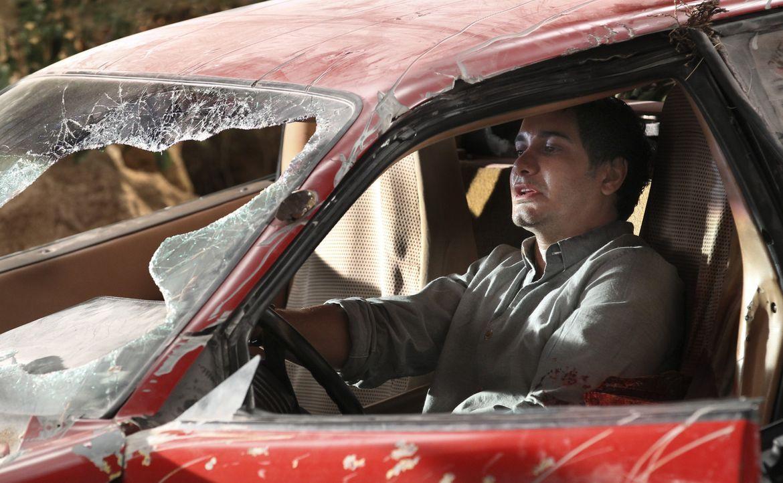 Wird Walter (Elyes Gabel) den Sturz von der Klippe wirklich überleben können? - Bildquelle: Neil Jacobs 2015 CBS Broadcasting, Inc. All Rights Reserved