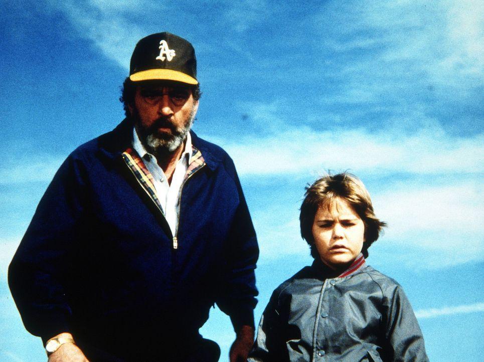 Mark (Victor French, l.) geht mit dem kleinen Adam (Jerry Supiran, r.) auf Entdeckungsreise. - Bildquelle: Worldvision Enterprises, Inc.