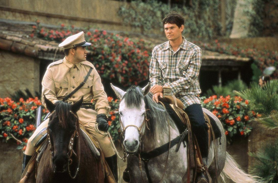 Wegen angeblichen Pferdediebstahls, werden Lacey (Henry Thomas, r.) und John festgenommen und in ein mexikanisches Gefängnis gesteckt ... - Bildquelle: Sony Pictures Entertainment