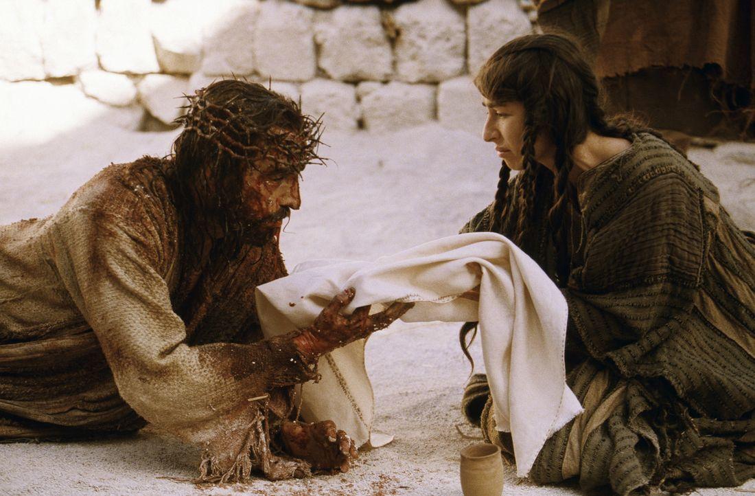 Auf dem Kreuzweg nach Golgotha bricht Jesus von Nazareth (James Caviezel) immer wieder unter der Last des Kreuzes zusammen. Da stürzt plötzlich Ve... - Bildquelle: Icon Film Distribution Ltd.