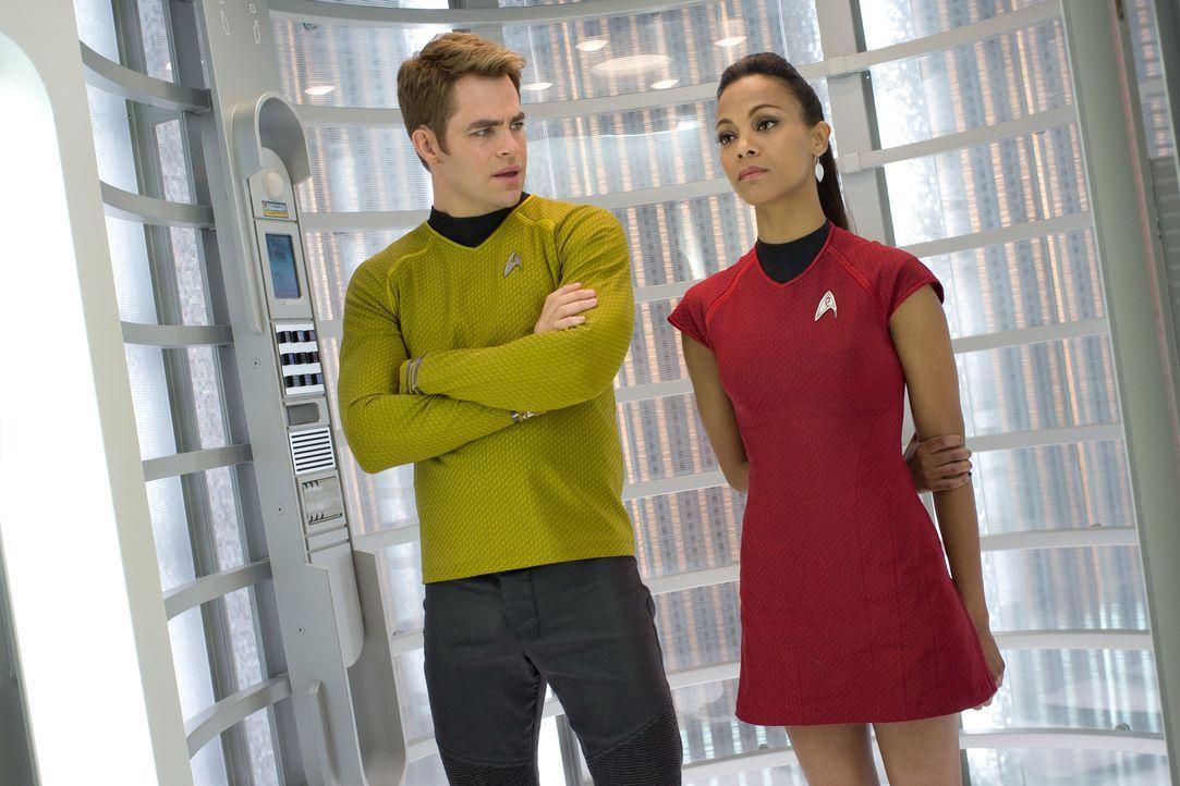 Schon bald müssen Kirk (Chris Pine, l.) und Uhura (Zoe Saldana, r.) feststellen, dass John Harrison jedes Mittel recht ist, um seine Leute freizupre... - Bildquelle: Zade Rosenthal 2013 Paramount Pictures.  All Rights Reserved. / Zade Rosenthal
