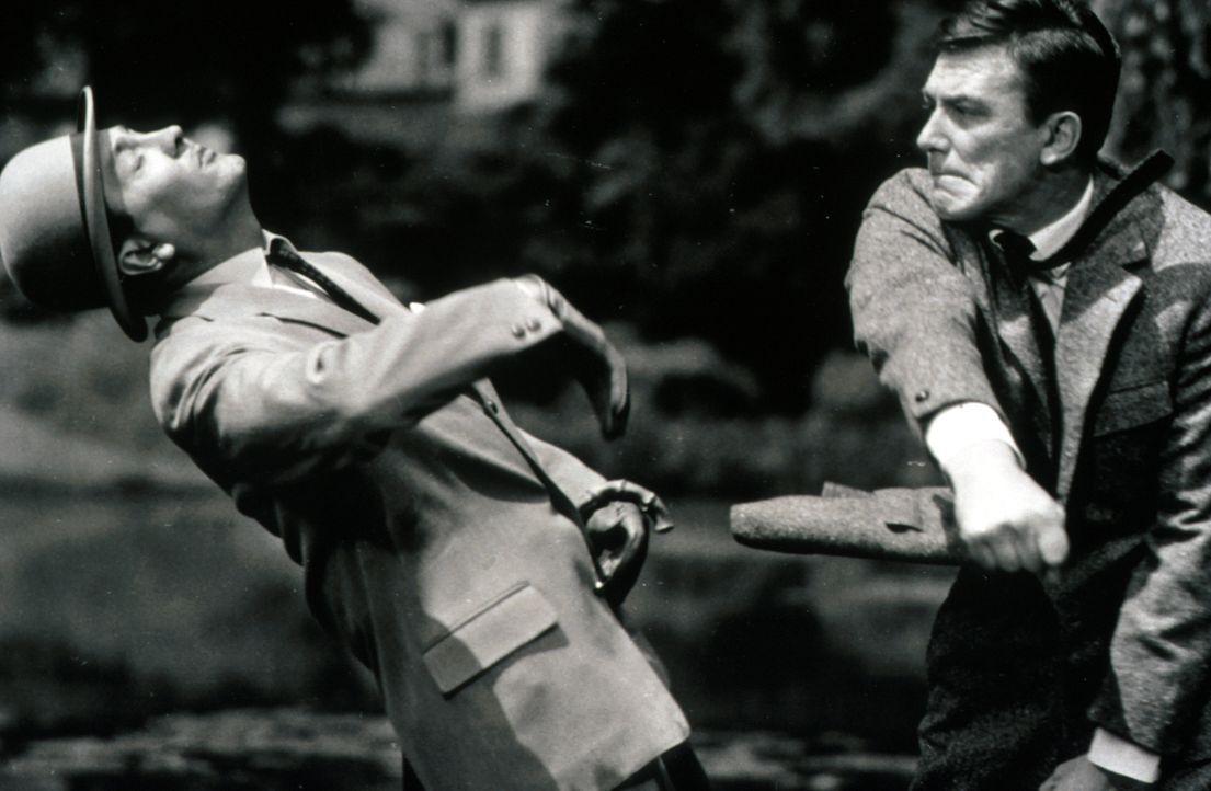 Peter Clifton (Hellmut Lange, r.) ist nicht mehr Herr seiner selbst , als er Basil (Robert Graf, l.) niederschlägt ... - Bildquelle: Constantin Film