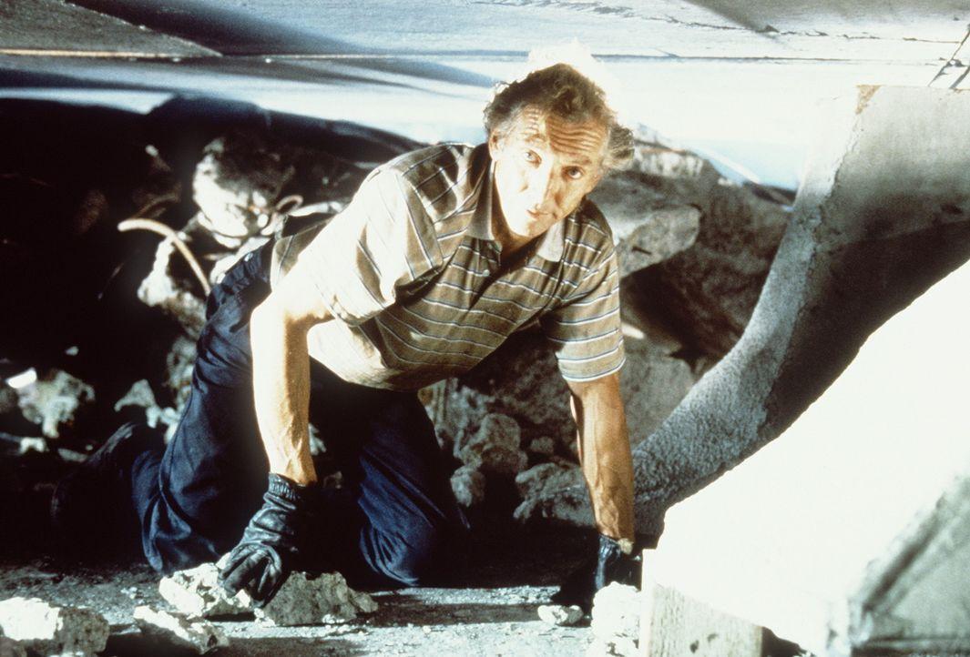 Selbstlos riskiert Frank Stewart (Scott Hylands) sein Leben, um in den Trümmern nach Überlebenden des Erdbebens zu suchen ... - Bildquelle: Columbia Pictures Television