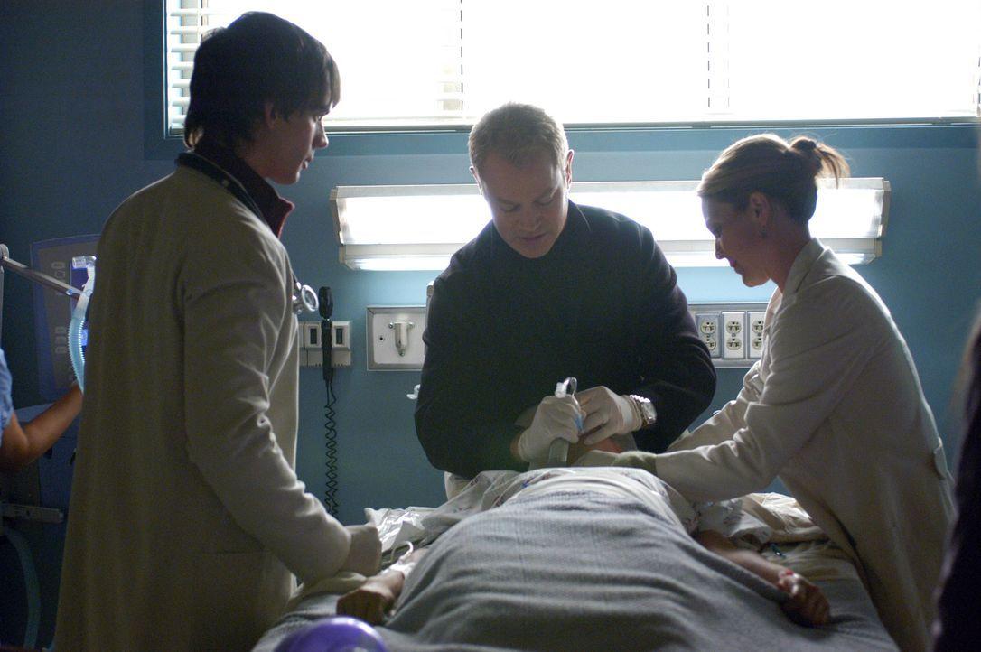 Connor (Neal McDonough, M.), Natalie (Kelli Williams, r.) und Miles (Christopher Gorham, l.) versuchen einen Patienten zu retten ... - Bildquelle: CBS Television