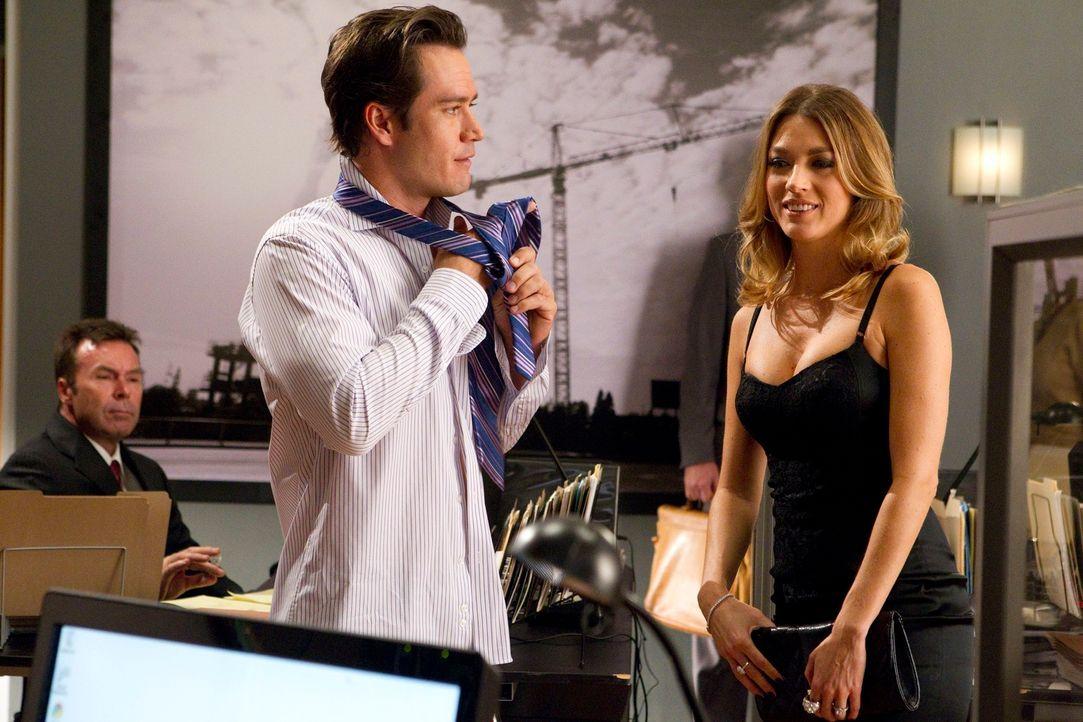 Stanton und Karb vertreten Isabella (Natalie Zea, r.), eine attraktive junge Frau, der vorgeworfen wird, sie habe ihren betagten Mann absichtlich zu... - Bildquelle: 2011 Sony Pictures Television Inc. All Rights Reserved.