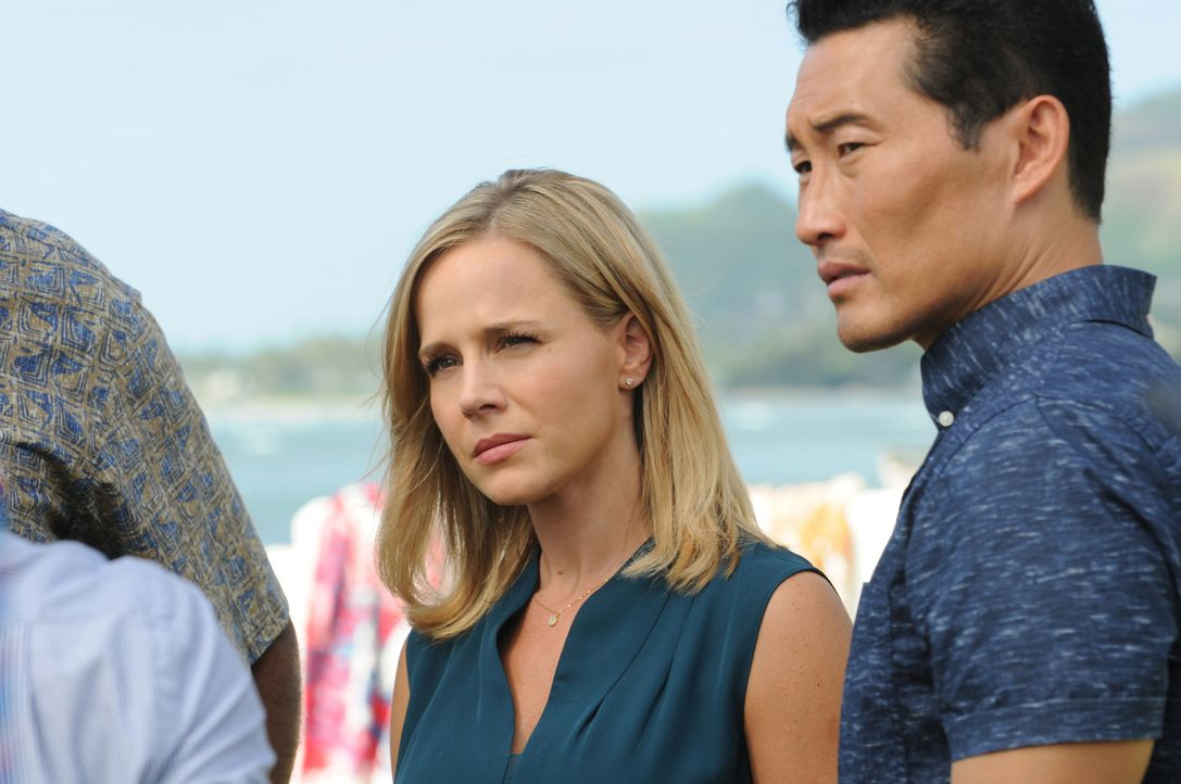 Während Kono schweren Herzens Abschied von Adam nehmen muss, da dieser seine Haftstrafe antritt, müssen Abby (Julie Benz, l.) und Chin (Daniel Dae K... - Bildquelle: Norman Shapiro 2015 CBS Broadcasting, Inc. All Rights Reserved