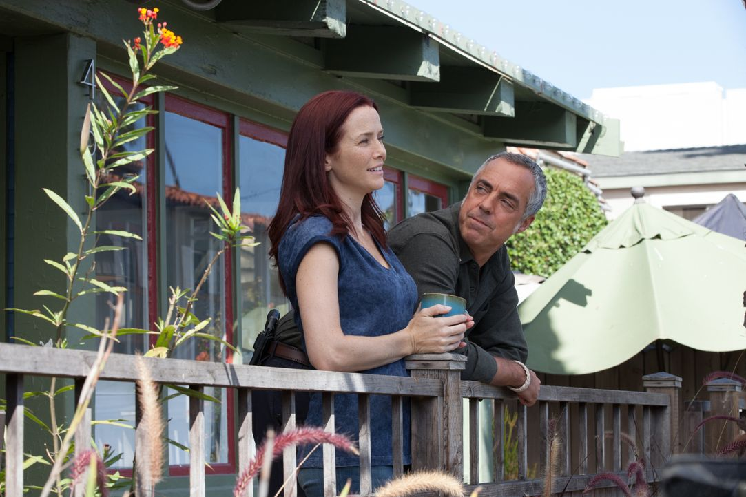 Julia Brasher (Annie Wersching, l.); Harry Bosch (Titus Welliver, r.) - Bildquelle: 2020 Amazon Content Services LLC and Fabrik Entertainment, LLC.