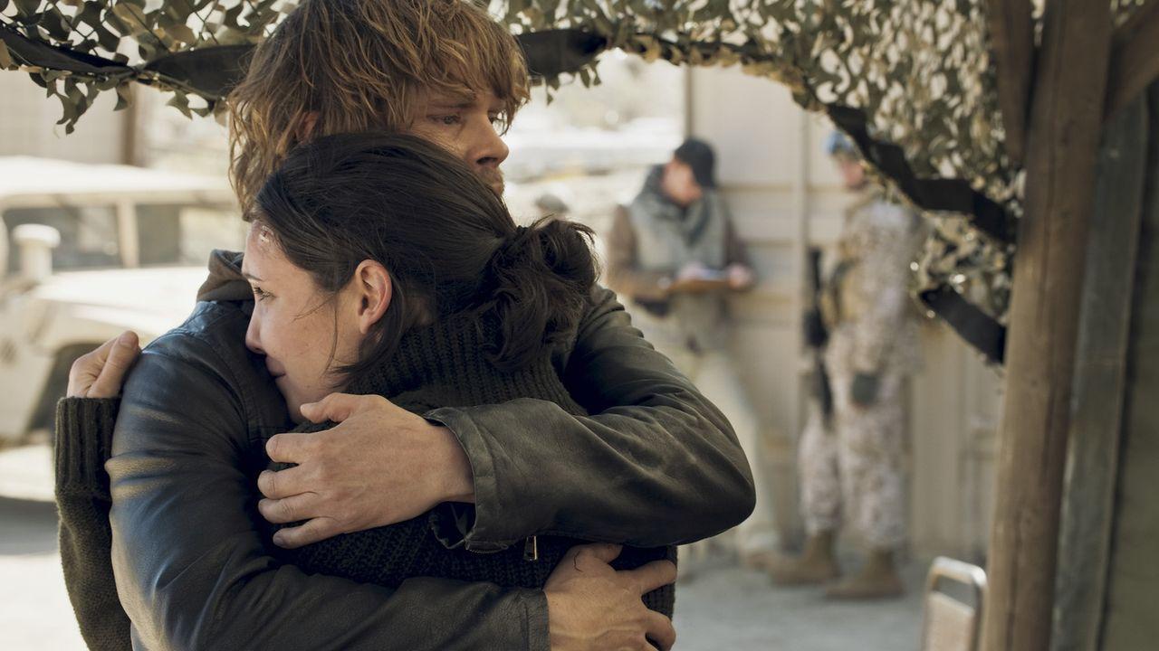 Dramatisches Wiedersehen in Afghanistan: Kensi (Daniela Ruah, vorne) und Deeks (Eric Christian Olsen, hinten) ... - Bildquelle: CBS Studios Inc. All Rights Reserved.