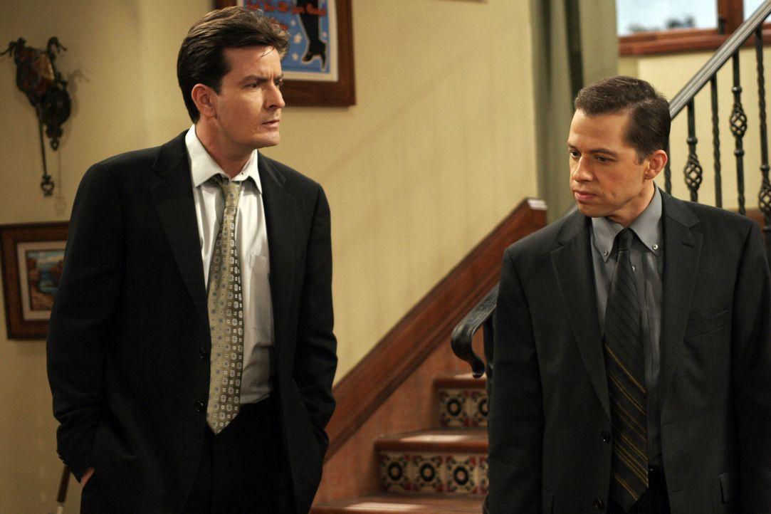 Wollen Abschied von Harry nehmen - doch jeder aus einem speziellen Grund: Charlie (Charlie Sheen, l.) und Alan (Jon Cryer, r.) ... - Bildquelle: Warner Bros. Television