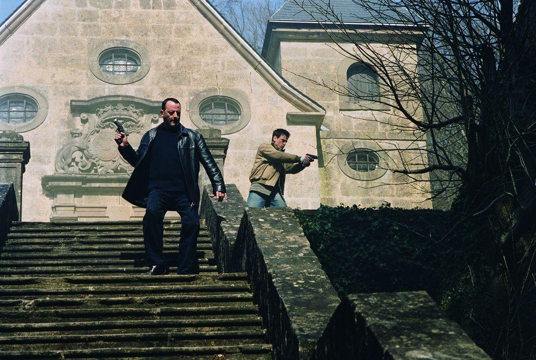 Müssen sich mit blutrünstigen Engeln der Apokalypse herumschlagen: Kommissar Niemans (Jean Reno, l.) und Reda (Benoit Magimel, r.) ... - Bildquelle: Tobis Film GmbH & Co. KG