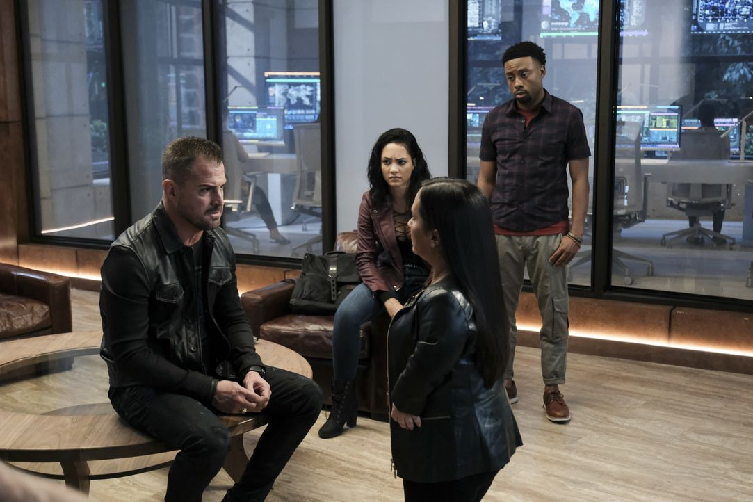 MacGyver soll ein Terrorist sein? Jack (George Eads, l.), Riley (Tristin Mays, 2.v.l.), Matty (Meredith Eaton, 2.v.r.) und Bozer (Justin Hires, r.)... - Bildquelle: Guy D'Alema CBS © 2017 CBS Broadcasting, Inc. All Rights Reserved. / Guy D'Alema