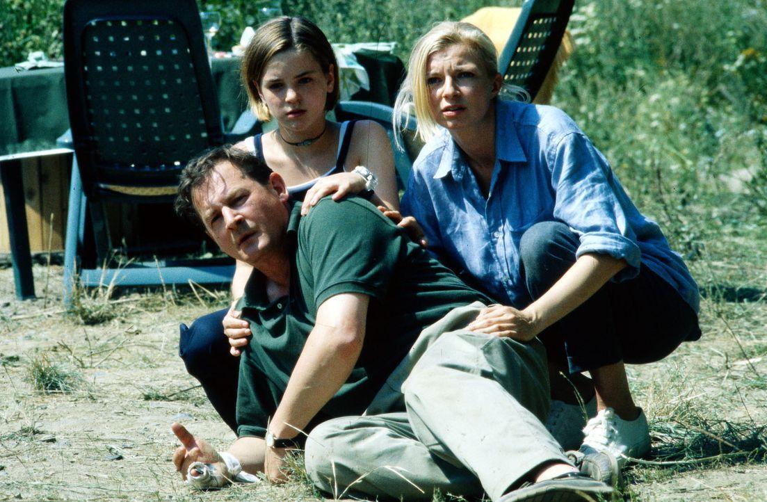 Carla (Michaela Merten, r.), Albert (Burghard Klaußner, l.) und Patrizia (Laura-Charlotte Syniawa, M.) sind dem Psychoterror des geflohenen Strafge... - Bildquelle: Jiri Hanzl SAT.1