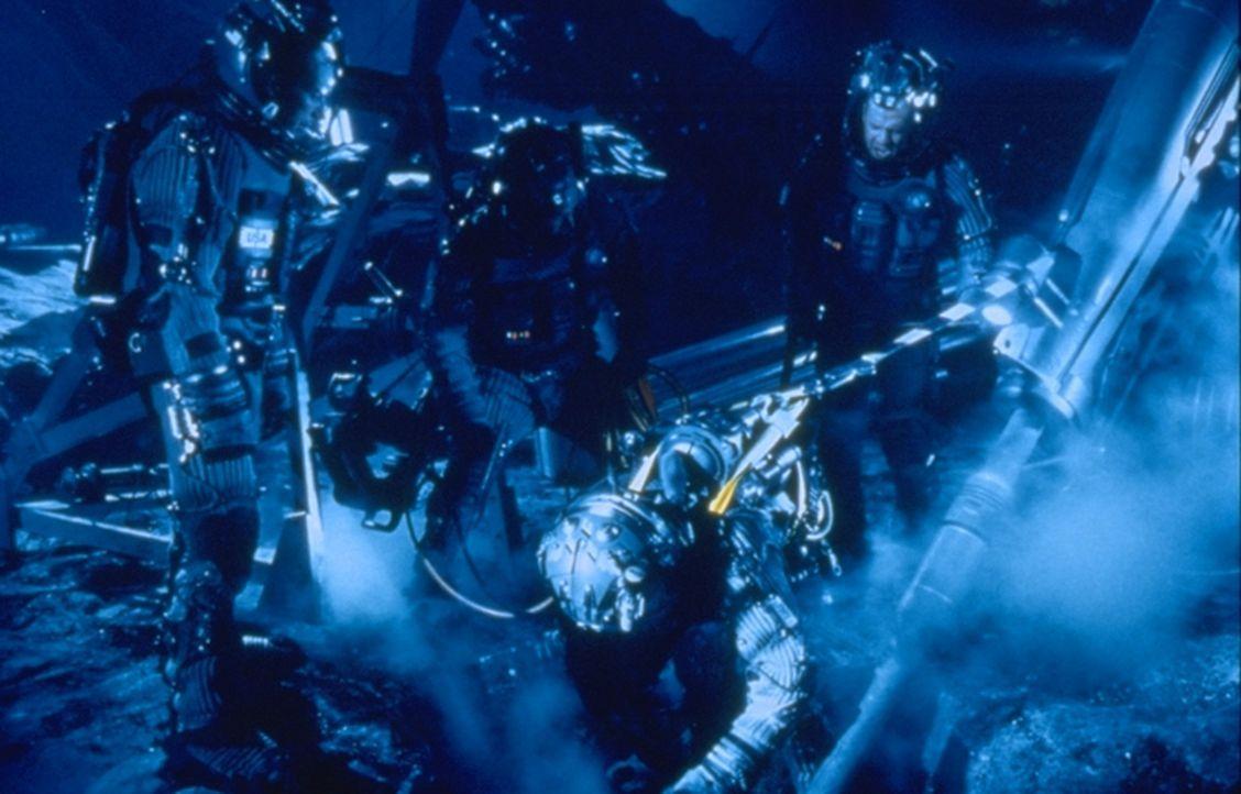 Der für die Ölindustrie tätige Bohrexperte Harry Stamper (Bruce Willis, r.) wird von der NASA angeheuert, die Erde zu retten. In zwei Raumschiffe... - Bildquelle: Touchstone Pictures