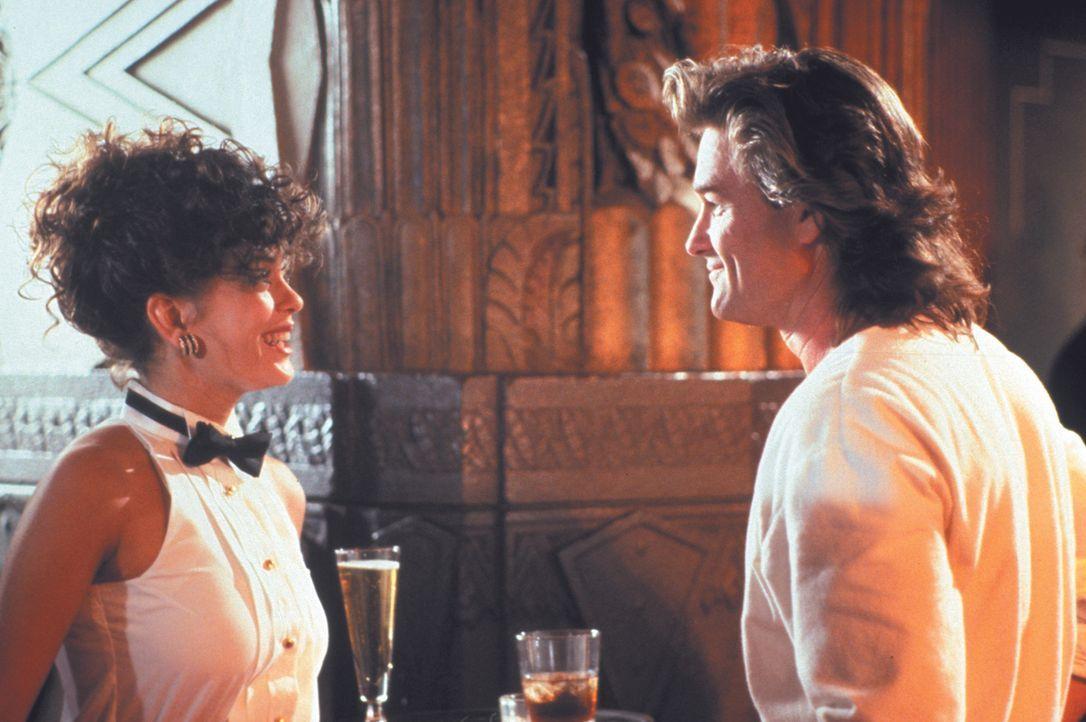 Schon bald wird deutlich, dass Cash (Kurt Russell, r.) an der Schwester seines Partners, Katherine (Teri Hatcher, l.), Interesse hat ... - Bildquelle: Warner Brothers