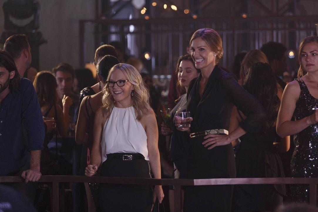 Linda (Rachael Harris, l.) trifft das erste Mal auf Lucifers Mutter Charlotte (Tricia Helfer, r.) und liefert ihr unwissentlich gefährliche Informat... - Bildquelle: 2016 Warner Brothers