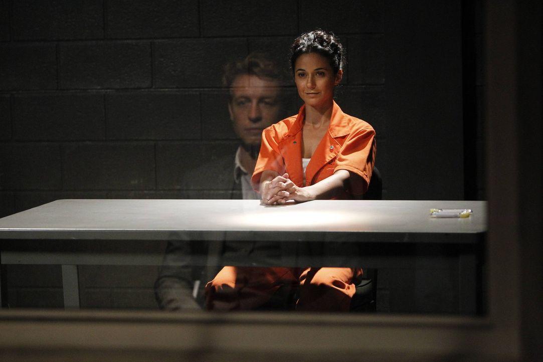 Während Patrick (Simon Baker, l.) versucht, die Verbindung zwischen Lorelei (Emmanuelle Chiquri, r.) und Red John zu entschlüsseln, sieht sich das C... - Bildquelle: Warner Bros. Television
