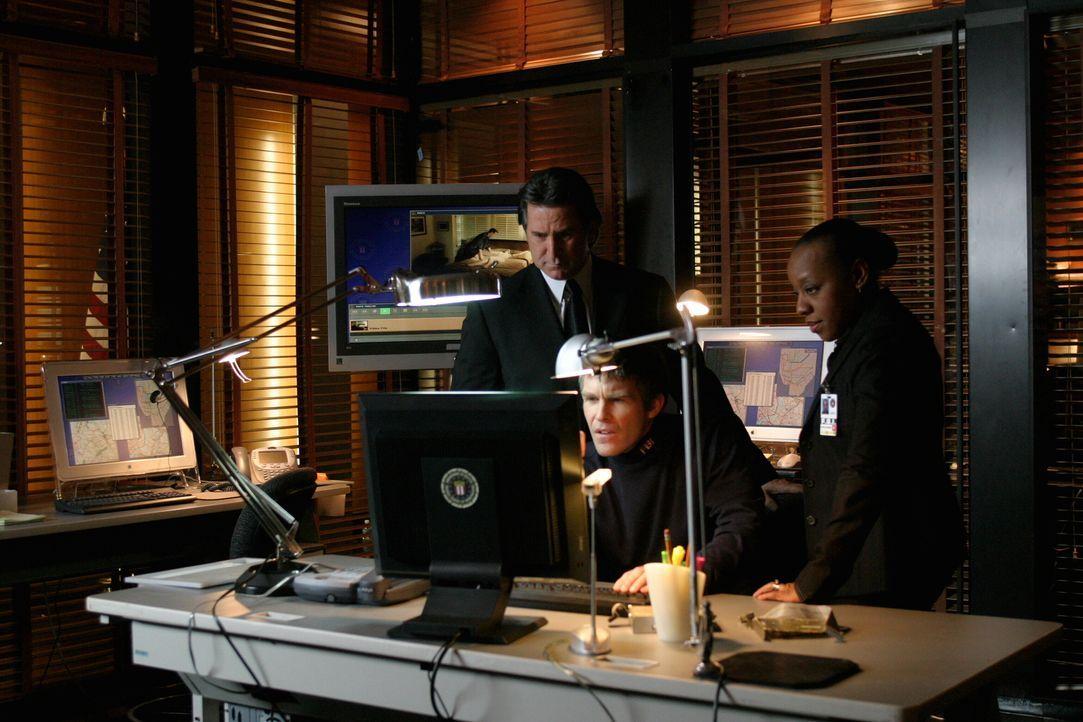 Jack Malone (Anthony LaPaglia, l.) und seine Kollegin Vivian Johnson (Marianne Jean-Baptiste, r.) untersuchen den Fall der vor vier Jahren verschwun... - Bildquelle: Warner Bros. Entertainment Inc.