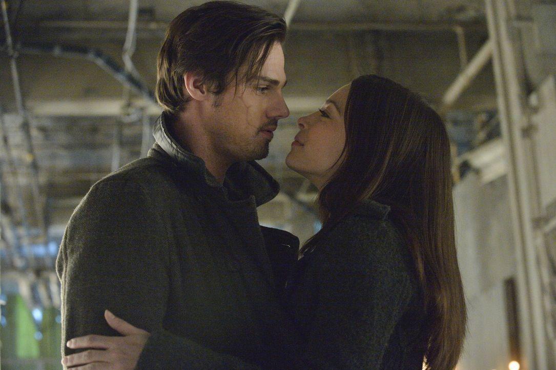 Wieder einmal eilt Vincent Keller (Jay Ryan, l.) Catherine Chandler (Kristin Kreuk, r.) in letzter Sekunde zu Hilfe ... - Bildquelle: 2012 The CW Network, LLC. All rights reserved.