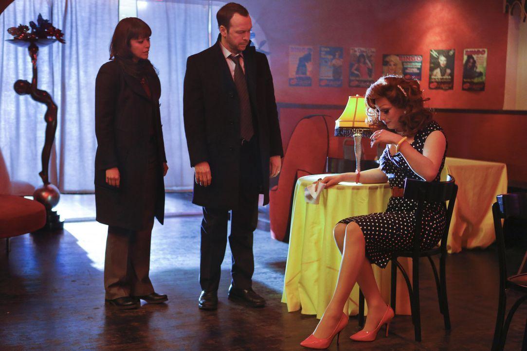 Realitystar und Drag Queen Tiffany Lamp wird ermordet in einem Park aufgefunden. Danny (Donnie Wahlberg, M.) und Baez (Marisa Ramirez, l.) ermitteln... - Bildquelle: 2013 CBS Broadcasting Inc. All Rights Reserved.