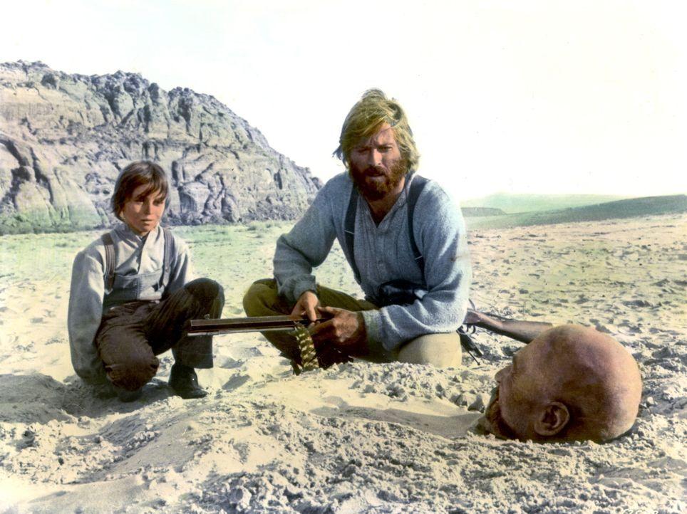 Der stumme Caleb (Josh Albee, l.) und Jeremiah (Robert Redford, M.) retten den Trapper Del Gue (Stefan Gierasch, r.), den die Indianer bis zum Hals... - Bildquelle: Warner Bros. Pictures