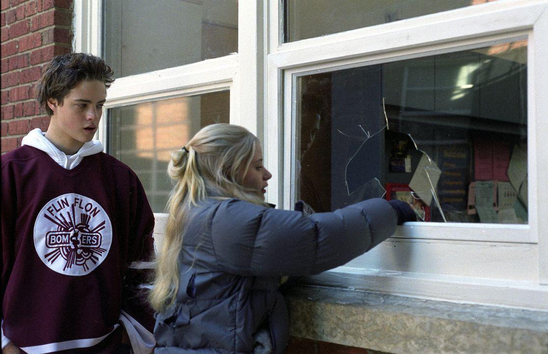 Nicolas (Douglas Smith, l.) und Mary (Emilie de Ravin, r.) fliehen mit Schneemobilen durch die Stadt, verfolgt von einem mörderischen Weihnachtsmann... - Bildquelle: E.M.S. New Media AG