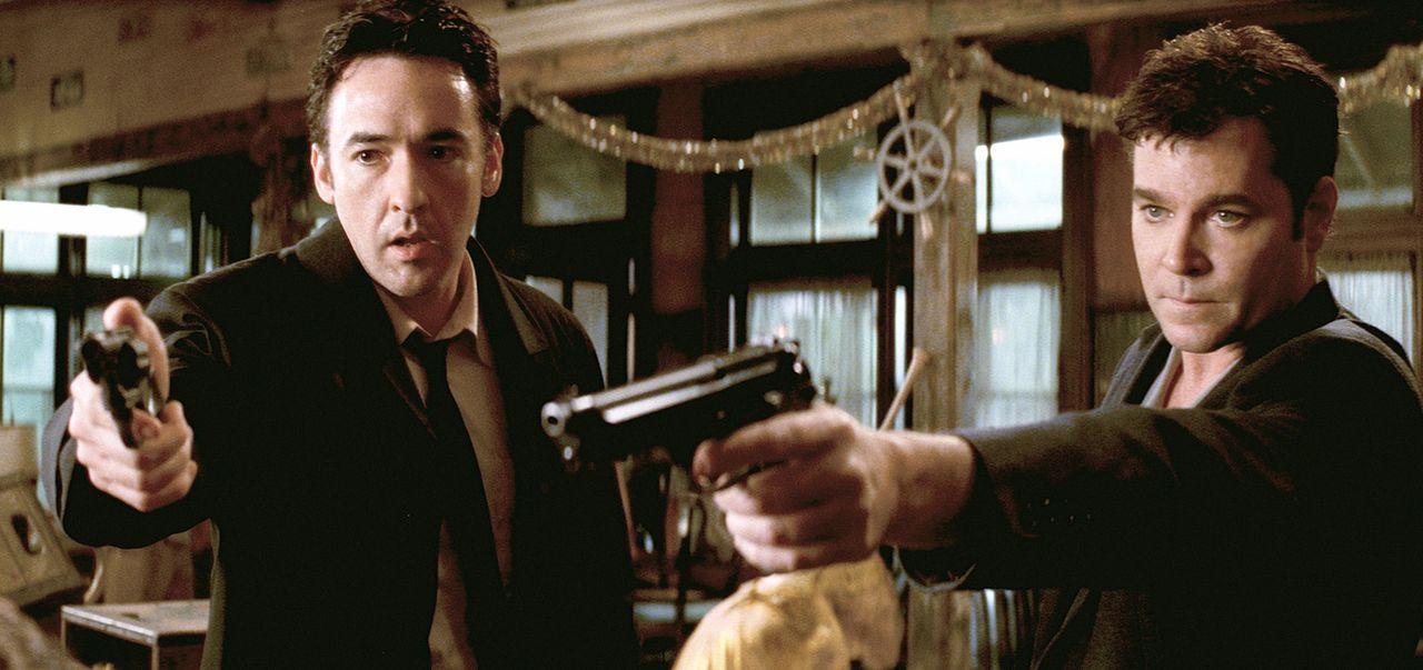 Als Ed (John Cusack, l.) und Rhodes (Ray Liotta, r.) denjenigen tot auffinden, den sie die ganze Zeit für den Täter gehalten haben, spitzt sich di... - Bildquelle: 2003 Sony Pictures Television International. All Rights Reserved.