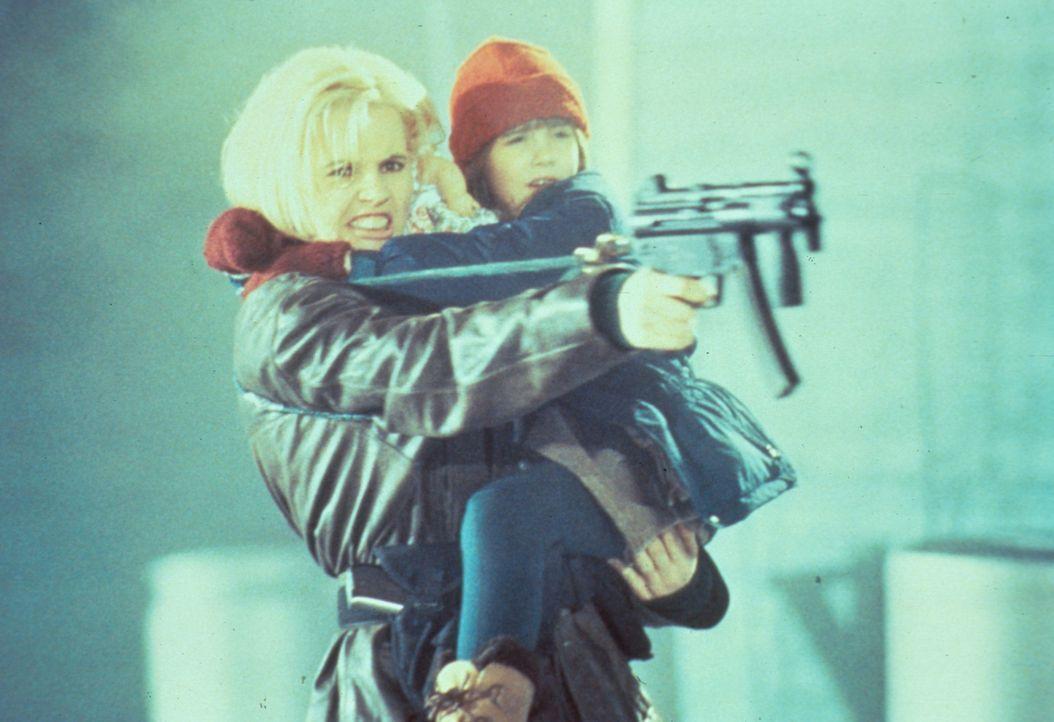 Von der Lehrerin zur Spezialagentin: Als ihre Tochter Caitlin (Yvonne Zima, r.) entführt wird, besinnt sich Samantha Caine (Geena Davis, l.) ihrer b... - Bildquelle: New Line Cinema