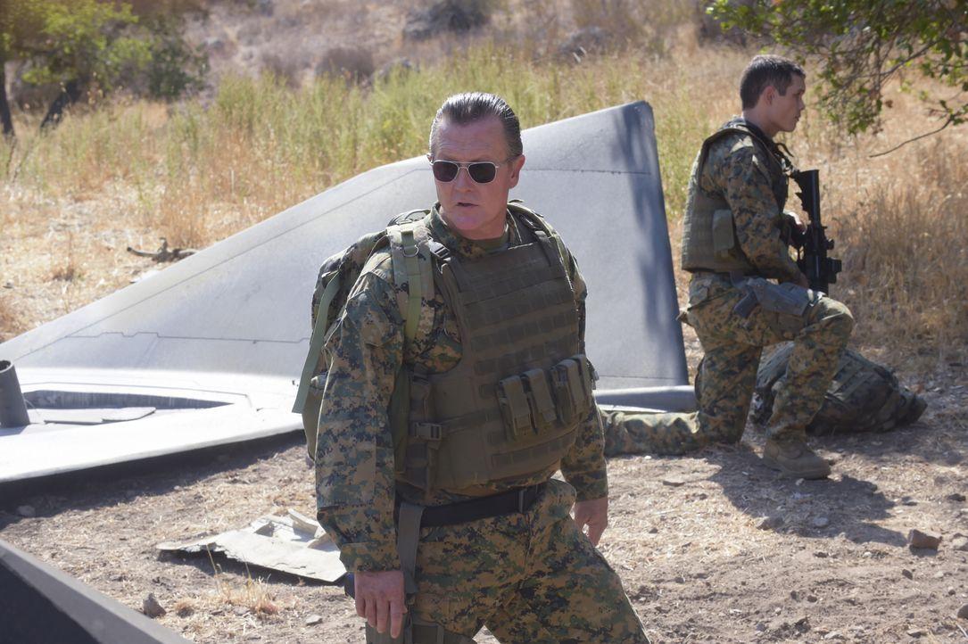 Cabe (Robert Patrick) ist bewusst, dass ihm die Bergung eines Flugzeuges in Bosnien nur mit den Besten gelingen kann ... - Bildquelle: Ron Jaffe 2014 CBS Broadcasting, Inc. All Rights Reserved / Ron Jaffe
