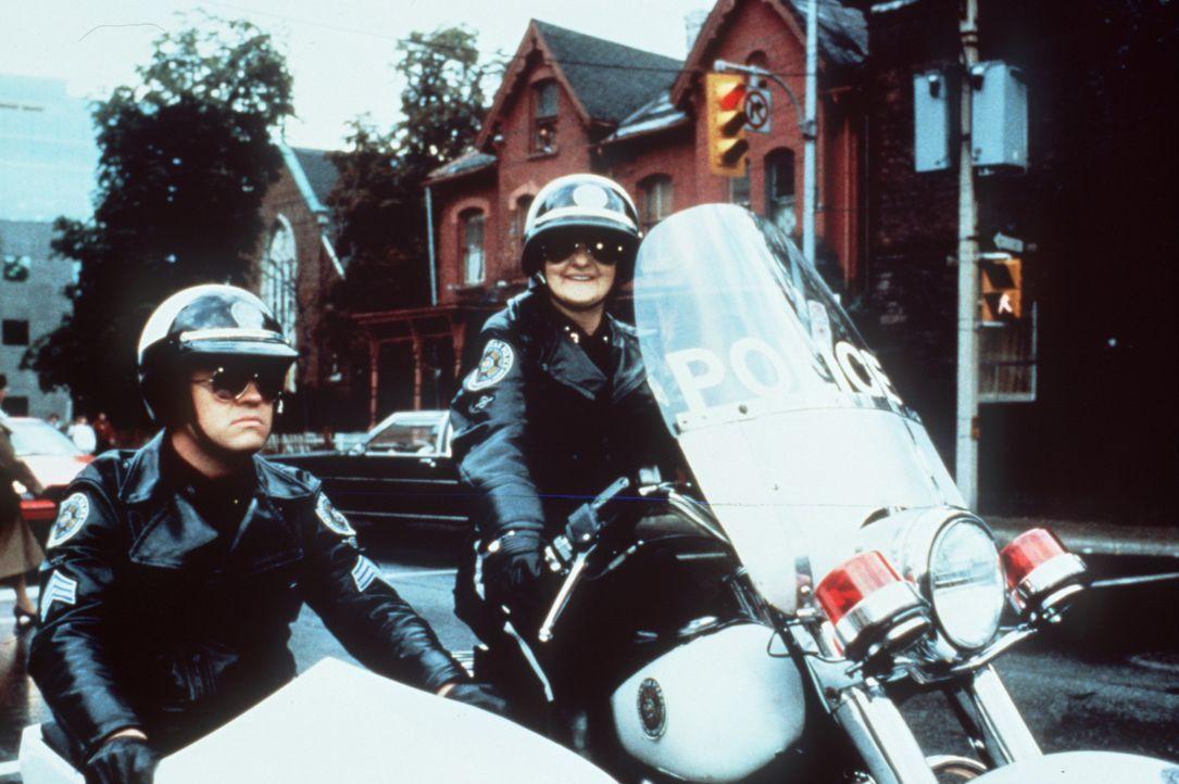 Dank des mutigen Einsatzes von Mrs. Feldman (Billie Bird, r.) und Tackleberry (David Graf, l.) kann ein Bankraub verhindert werden ... - Bildquelle: Warner Bros.