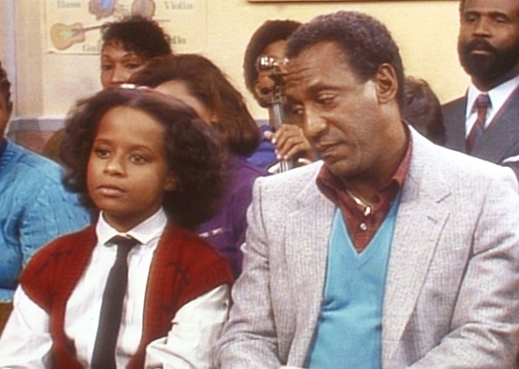 Vanessa (Tempsett Bledsoe, l.) wartet neben Cliff (Bill Cosby, r.) auf ihren Auftritt beim Schülerkonzert. - Bildquelle: Viacom