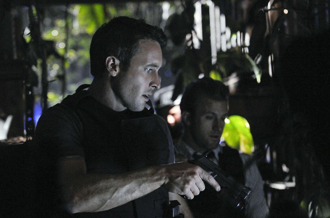 Auf der Spur eines Serienkillers: Steve (Alex O'Loughlin, l.) und Danny (Scott Caan, r.) ... - Bildquelle: TM &   2010 CBS Studios Inc. All Rights Reserved.