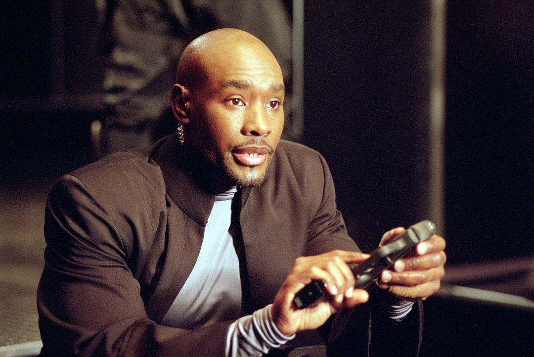 Niemand ahnt, dass der brutale Gefängnischef Donny (Morris Chestnut) selbst eine hochgradig kriminelle Vergangenheit hat ... - Bildquelle: 2003 Sony Pictures Television International. All Rights Reserved.