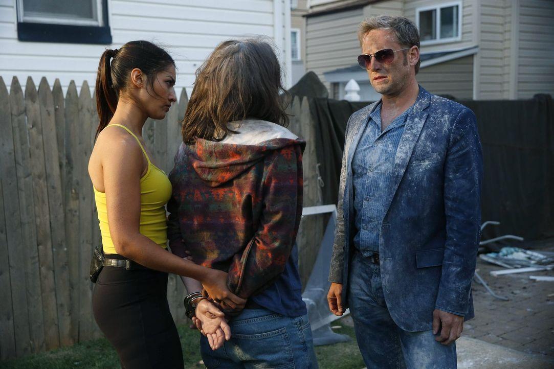 Kann Spike (Johnny Hopkins, M.) Meredith (Janina Gavankar, l.) und Jake (Josh Lucas, r.) bei den Ermittlungen in ihrem neuen Fall behilflich sein? - Bildquelle: Warner Bros. Entertainment, Inc.