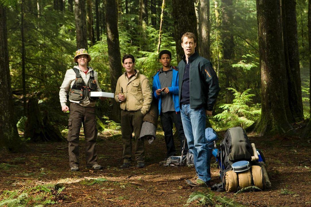 Gehen übers Wochenende zelten: Carter (Colin Ferguson, r.), Fargo (Neil Grayston, l.), Kevin (Trevor Jackson, 2.v.r.) und Grant (James Callis, 2.v.l... - Bildquelle: Universal Television