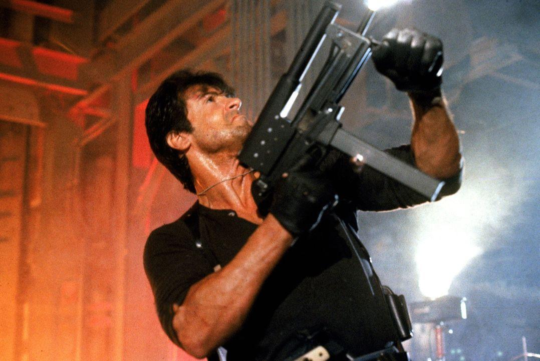 """Erst schießen, dann fragen - """"Cobra"""" (Sylvester Stallone) wird dann eingesetzt, wenn es seinen Kollegen zu brenzlig wird ... - Bildquelle: 1986 Warner Bros. Entertainment Inc."""
