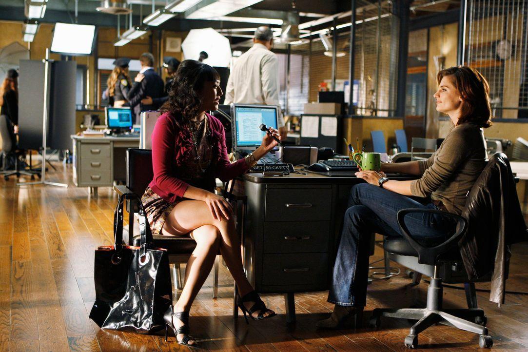 Amy Saunders (Elizabeth Ho, l.) interviewt Kate Beckett (Stana Katic, r.), die immerhin als Vorlage für eine Romanheldin diente. - Bildquelle: ABC Studios